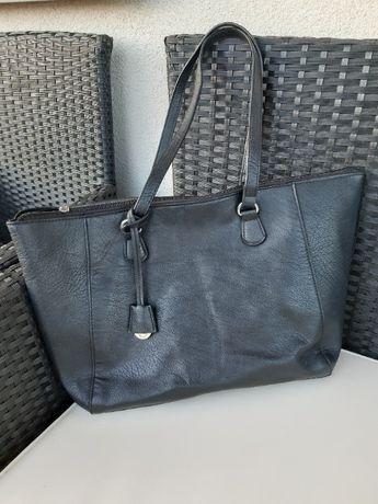 Czarna torebka na ramię Stradivarius