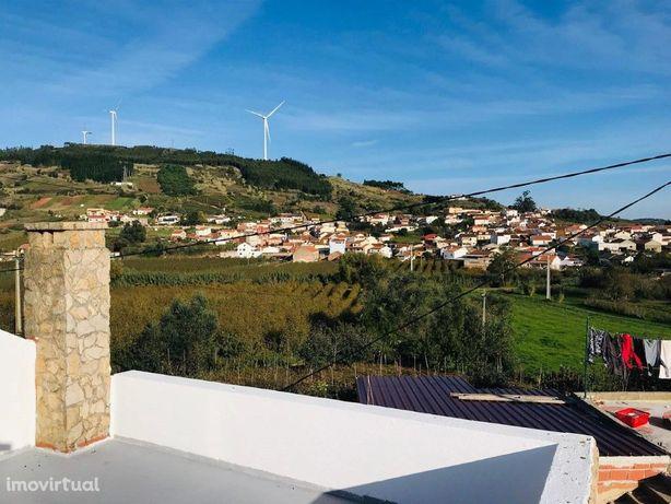 Moradia T3 com terraço e vista para a aldeia de Figueiros