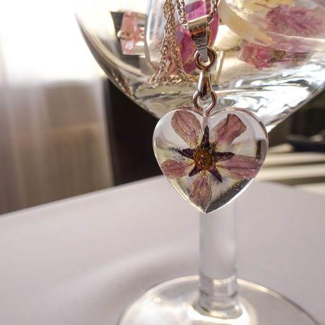 Wisiorek z żywicy serduszko z kwiatami wykonane ręcznie
