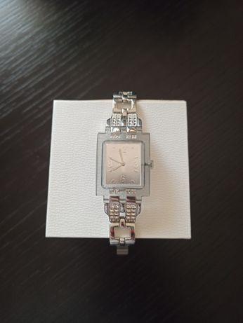 Relógio Swatch com pedras brilhantes