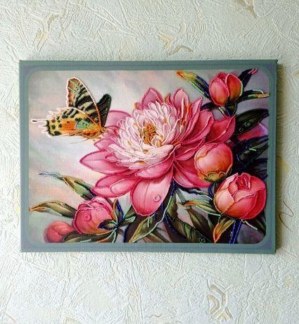 """Картина """"Метелик на півонії"""" вишита бісером на холсті."""