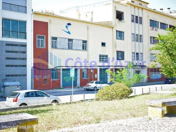 Edifício com viabilidade de reconstrução para habitação e...