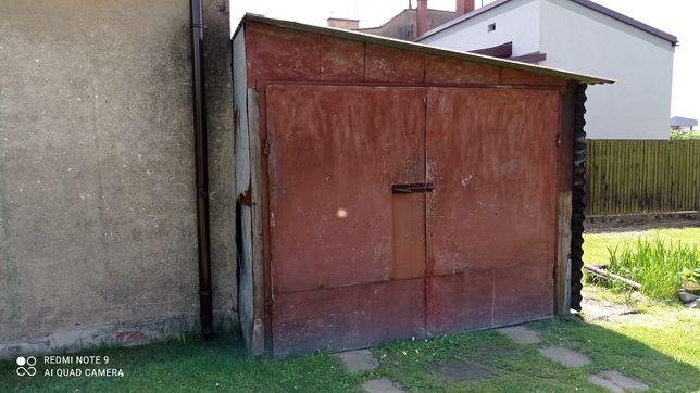 Garaż blaszany na drewnianej konstrukcji