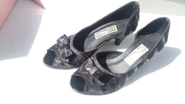 Pantofle damskie - czółenka z odkrytymi palcami.