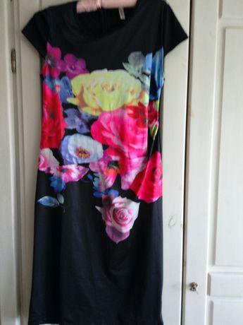 Sukienka czarna z kwiatowym motywem r.l