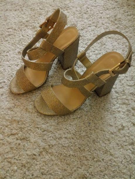 New look sandałki na obcasie. Błyszczące w kolorze złotym
