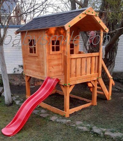 Деревянный домик с горкой и песочницей