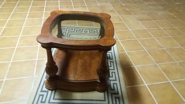 Mesa de centro em madeira maciça, com vidro