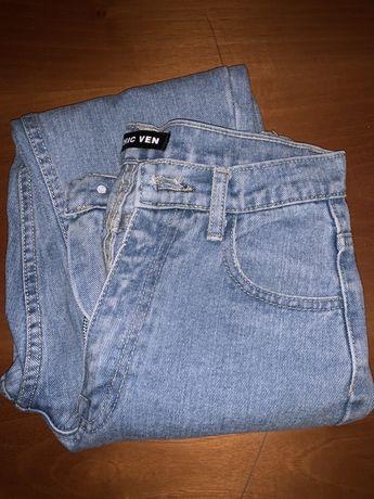 Голубые плотные джинсы на высокой талии