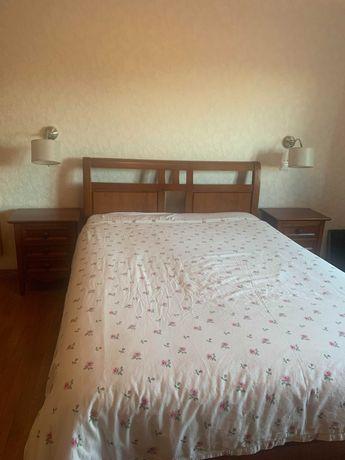 cama casal com 4 gavetas estrado e duas mesas de cabeceira madeira ,