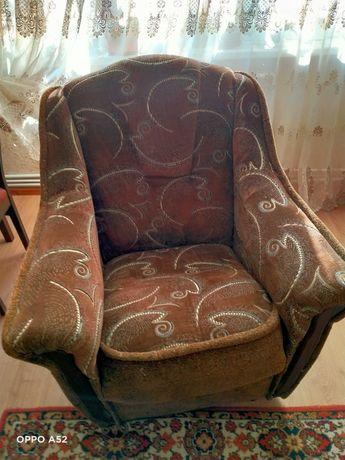 Кресло 2 шт и диван в отличном состоянии .