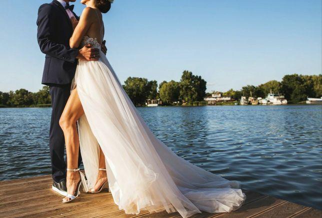 Весільна сукня, з V-образним декольте