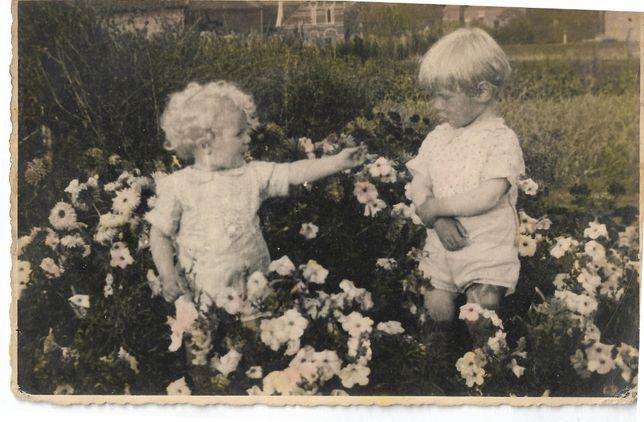 Stare fotografie dzieci kwiaty