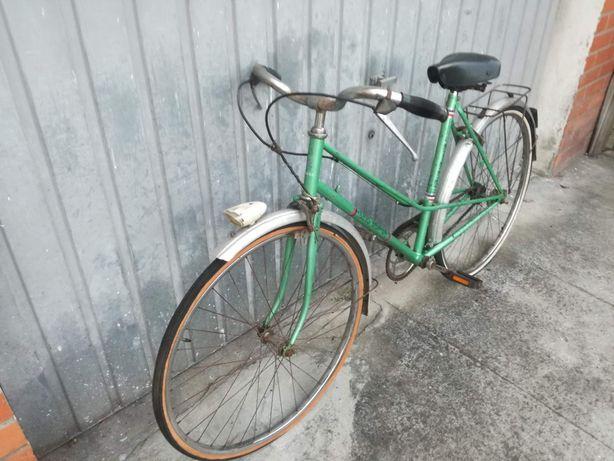 Vendo Bicicleta antiga a precisar de revisão. Ideal para restauro