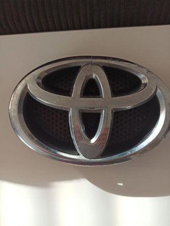 Emblemat Toyota Yaris przód
