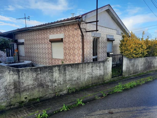 Casa em ruína com excelente terreno de duas frentes