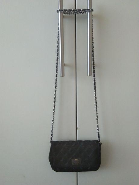 Czarna mini torebka chanelka pikowana na łańcuszku