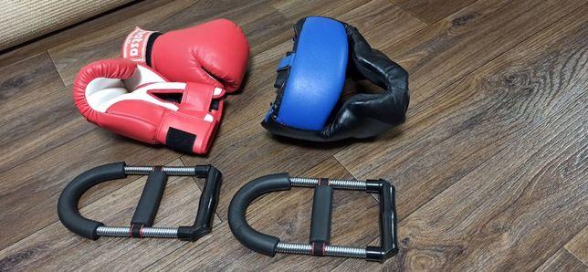 Боксерские кожаные перчатки и шлем