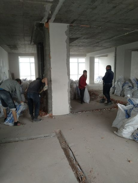 Демонтаж стены, стяжки пола, паркета, плитки, дверей, окон, балкона.
