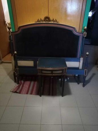 Cama de Casal Antiga com 2 mesas de cabeceira