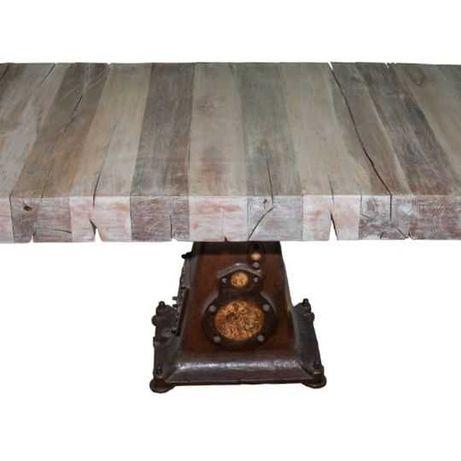 Prostokątny, drewniany stół na metalowym stelażu.