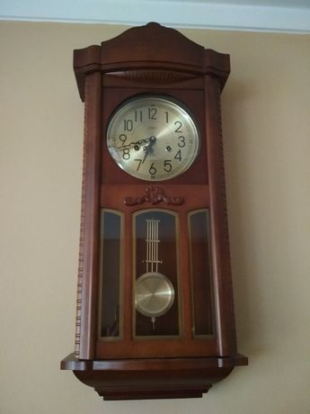 Zegar ścienny z mechanizmem nakręcanym .