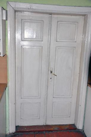 Stare drewniane drzwi z futryną