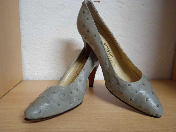 Sapatos de salto médio, em pele de avestruz
