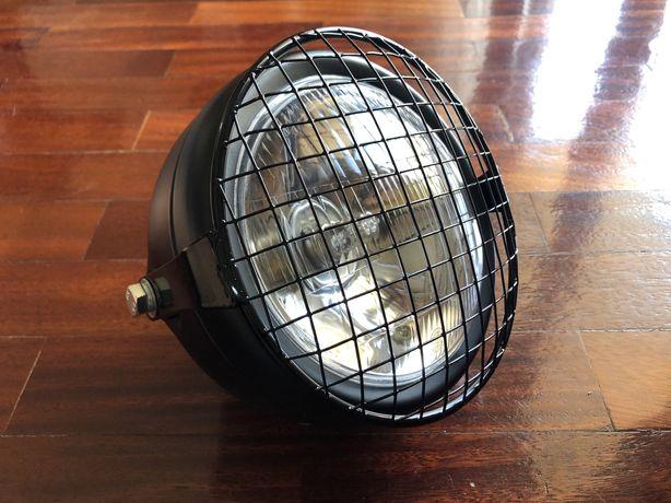 Farol frontal transparente com grelha metálica dois apoios cafe racer
