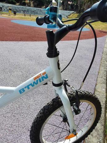 Bicicleta B twin em bom estado com rodas de apoio