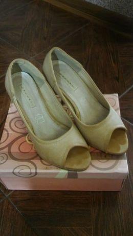 Pantofle beżowe
