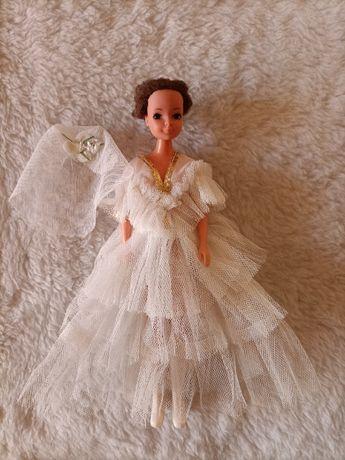 Lalka w ślubnej sukni