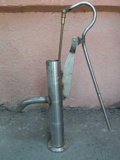 Помпа ручна (для колодязя) і труби до неї із нержавіючої сталі.