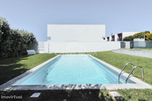 Moradia V4 condomínio fechado c/Piscina e jardins - 100% FINANCIADO