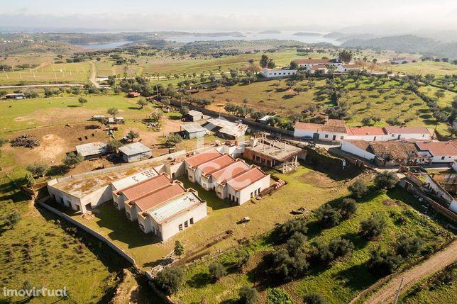 Quinta de 4000 m2 com construção   Aldeia de Alqueva