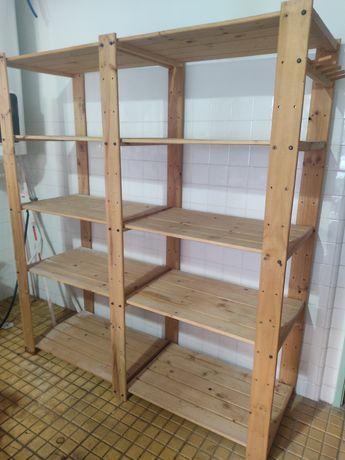 Estante de madeira com prateleiras