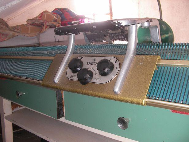 Maquina de tricotar Orion. Com movel.