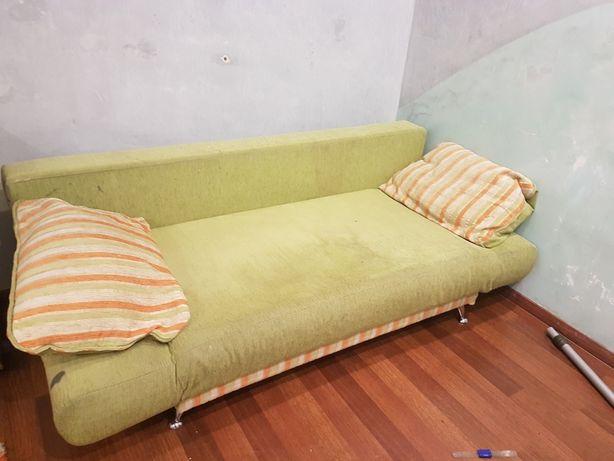 Диван с двумя подушками