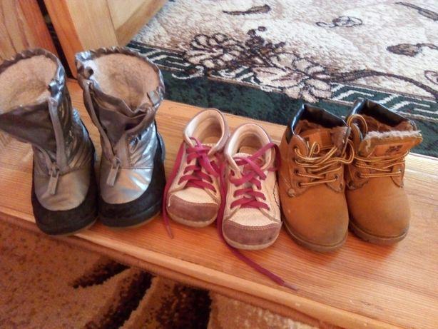 Обув на дівчинку