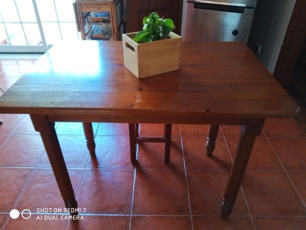 Mesa madeira maciça e 4 bancos