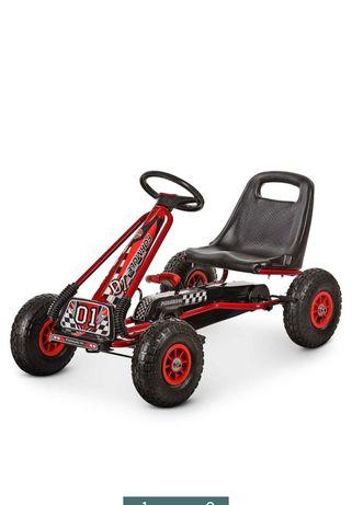 Продам детскую машинку на педалях