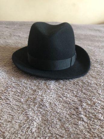czarny klasyczny kapelusz marki HAT HAT