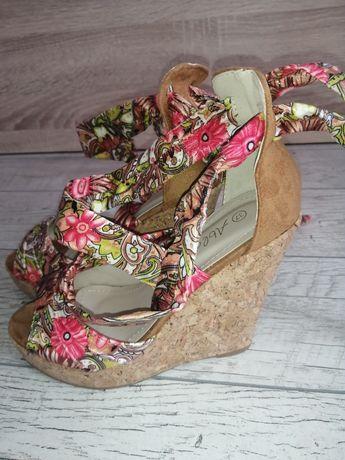 Piękne sandałki na koturnie