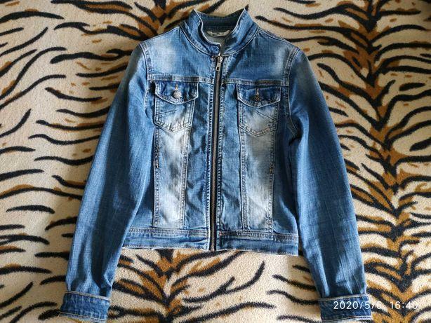 Жіноча джинсова куртка-бомбер