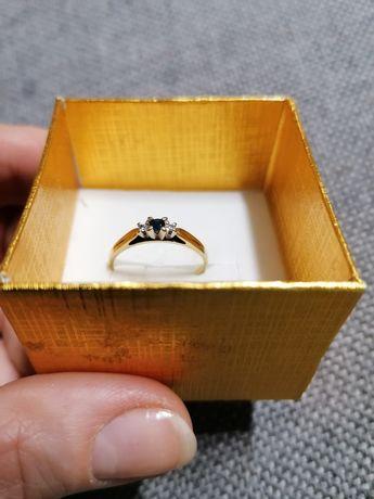 Złoty pierścionek z szafirem naturalnym i cyrkoniami