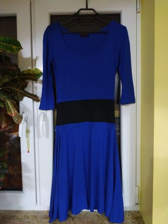 Niebieska sukienka z czarnym paskiem rękawy 3/4 r. S