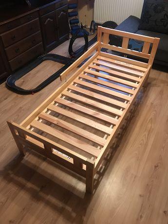 Drewniane łóżko dla dziecka.