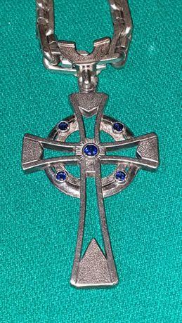 Серебряная цепь с крестом.