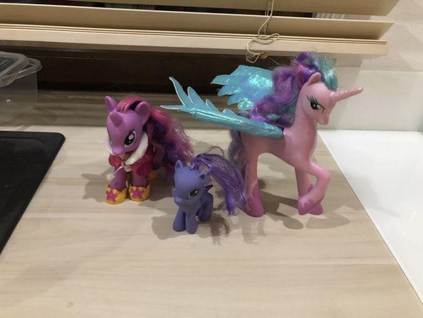 3 kucyki z serii My Little Pony grająca Celestia