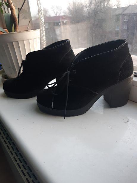 Продам ботинки, туфли, ботильоны демисезонные черные, на каблуке
